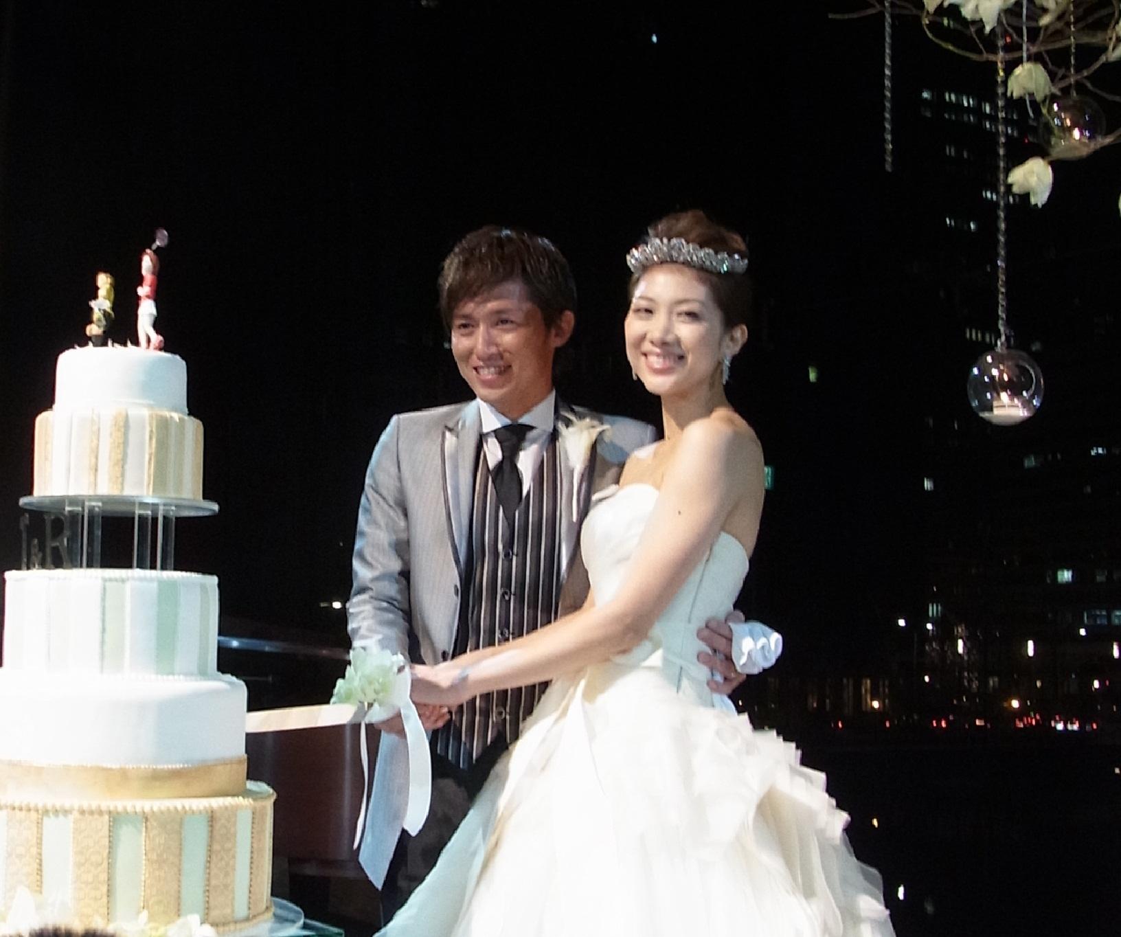 ケーキカットをする潮田玲子