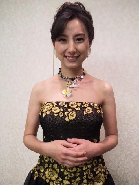 ドレスを着た加藤シルビア